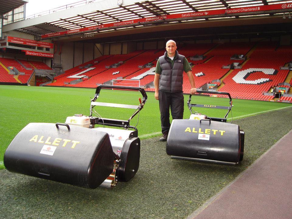 Stade d'Anfield à Liverpool tondu avec des tondeuses Allett